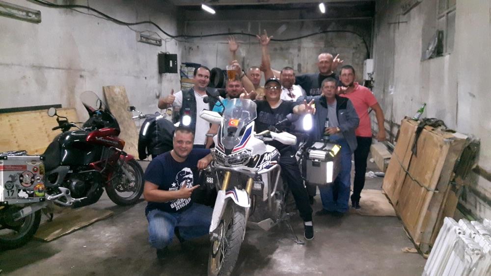 tankut_guzel_Rusya_Kizil_motorcu_dostlarla_birlikte